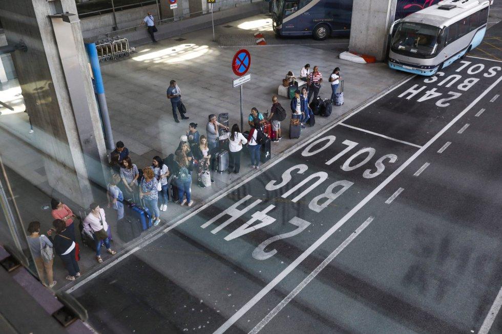 Cola en la paradas de autobús del aeropuerto madrileño de Barajas, donde el servicio de taxis es hoy inexistente como consecuencia de la huelga
