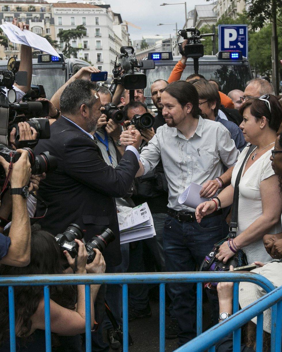 Julio Sanz (izqda.), presidente de la Federación Profesional del Taxi, hablando con el líder de Podemos, Pablo Iglesias (dcha.)