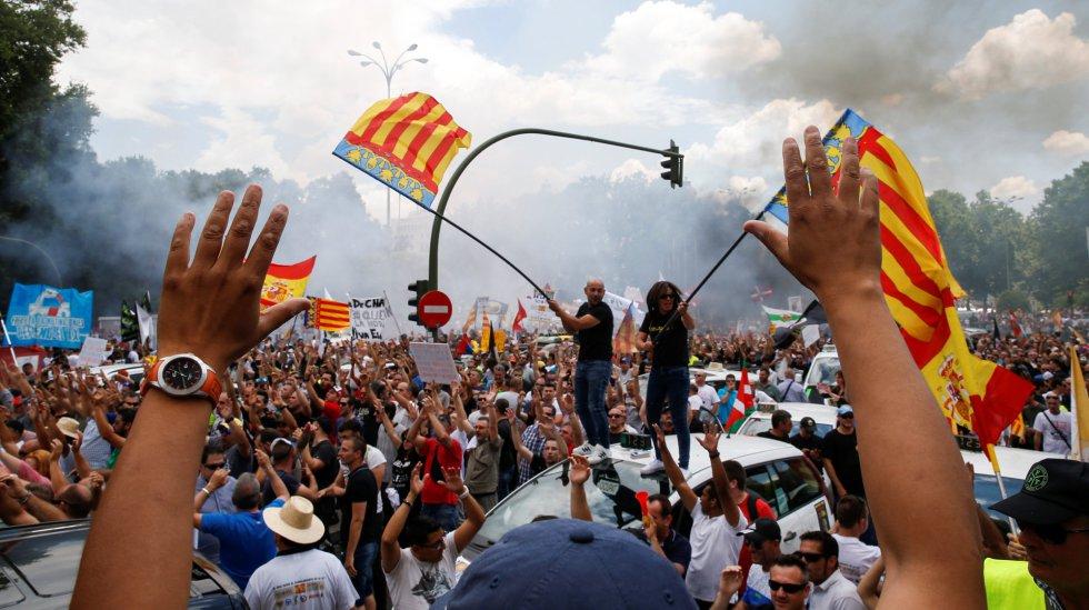 Taxistas con banderas de la Comunidad Valenciana en la manifestación de Madrid
