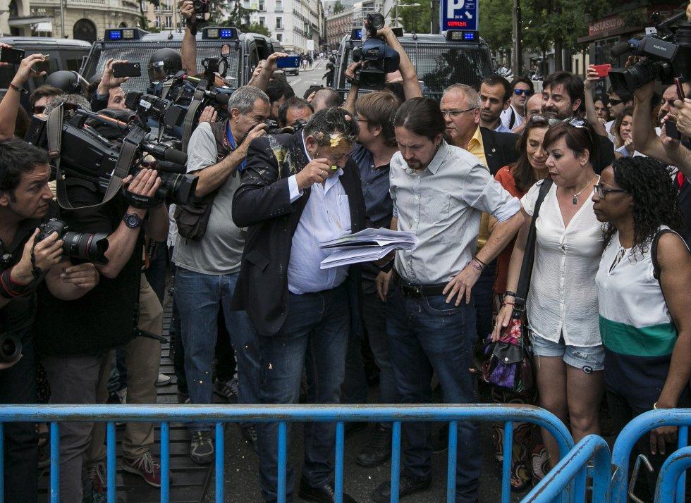 Julio Sanz, presidente de la Federación Profesional del Taxi, ha recibido el impacto de un huevo en la cabeza mientras conversaba con el líder de Podemos, Pablo Iglesias