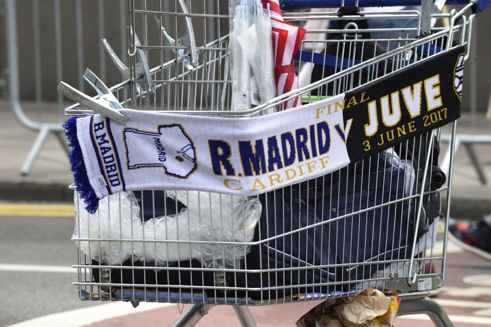 Uno de los carros de merchandising en las inmediaciones del Millennium Stadium