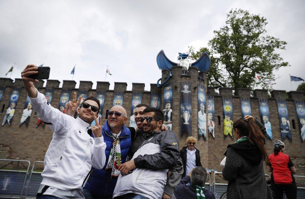 Varios aficionados se fotografían fuera del Millennium Stadium de Cardiff. Real Madrid y Juventus juegan allí la final de Champions League.