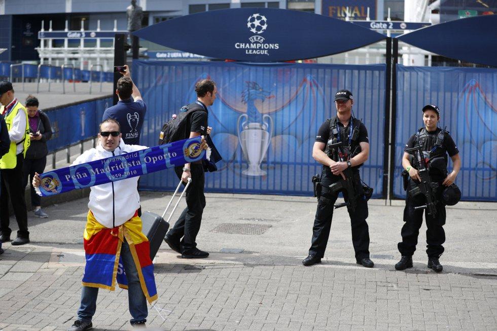 Un seguidor madridista posa en las cercanías del estadio, donde ya están desplazados varios miembros de seguridad.