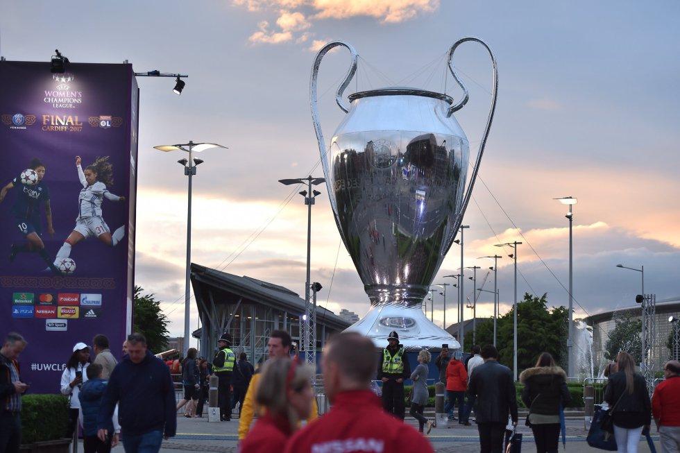 Replica gigante del trofeo de la Champions League.