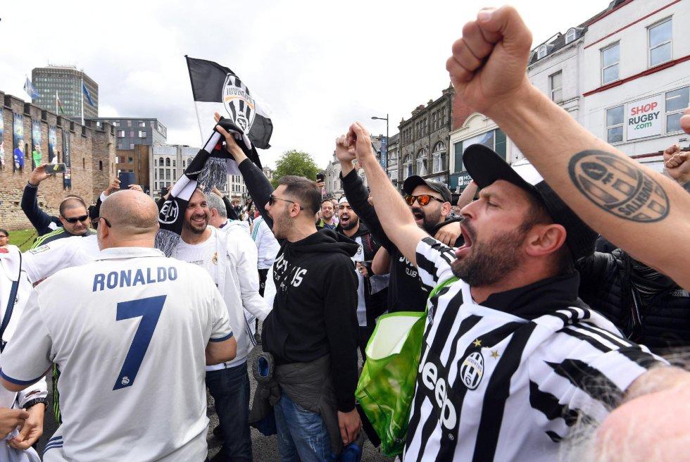 Aficionados de Real Madrid y Juventus animan a sus equipos en Cardiff, antes de la final de Champions League.