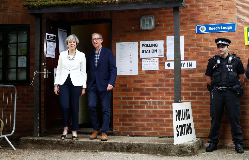 Primera Ministra Theresa May y su marido Philip el día de las elecciones generales de Reino Unido 2017.