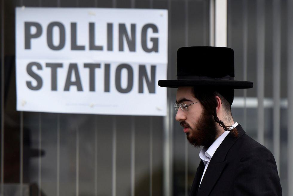 Un votante acude a los colegios electorales para la elecciones generales de Reino Unido 2017.