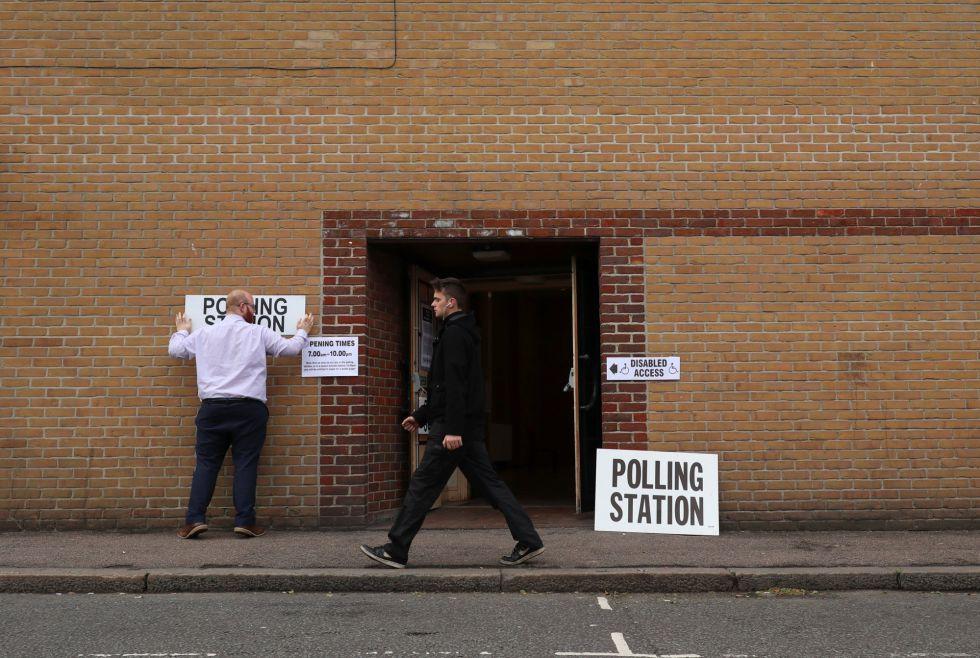 Colegio electoral en Romford, este de Londres.