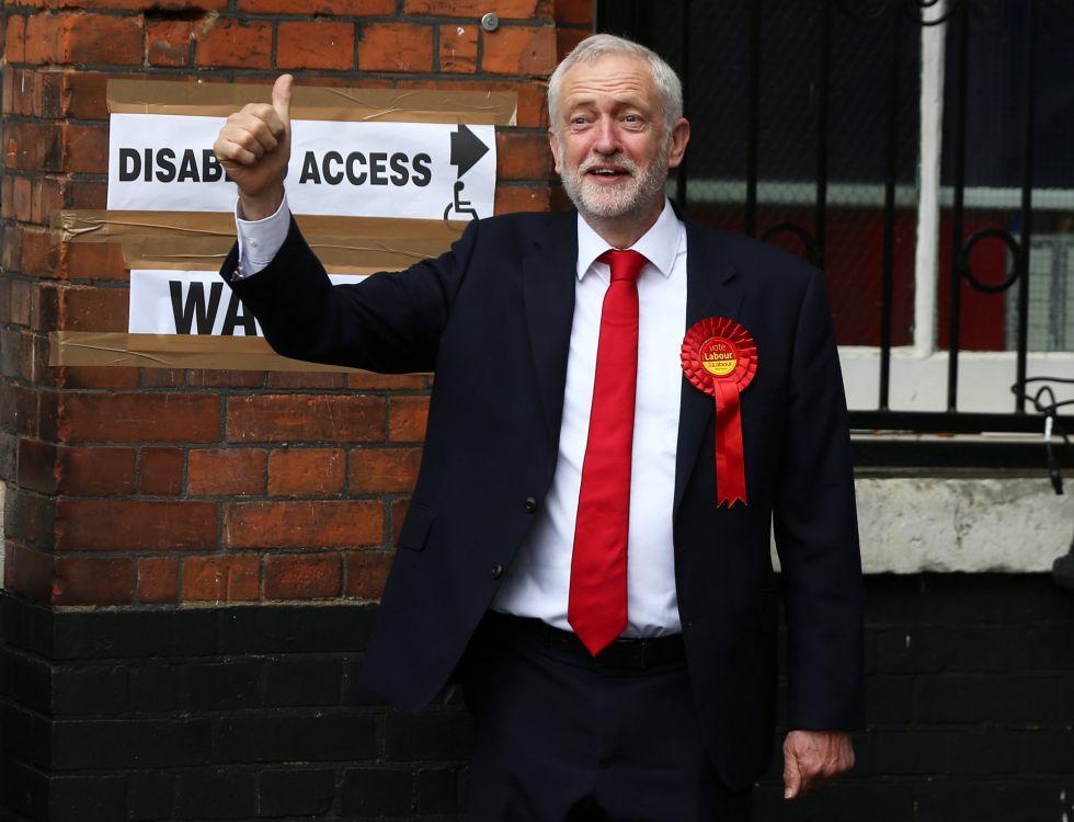 Jeremy Corbyn, líder del Partido Laborista acude a las jornadas electorales.