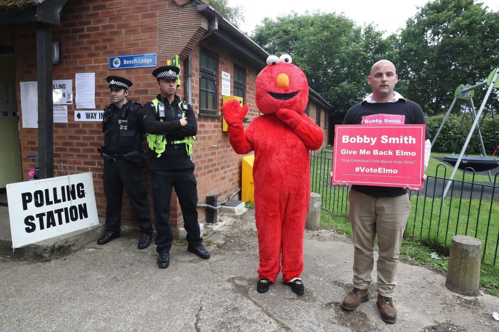 Cadindato Bobby Smith acude a las jornadas electorales con Elmo, icono de su partido.