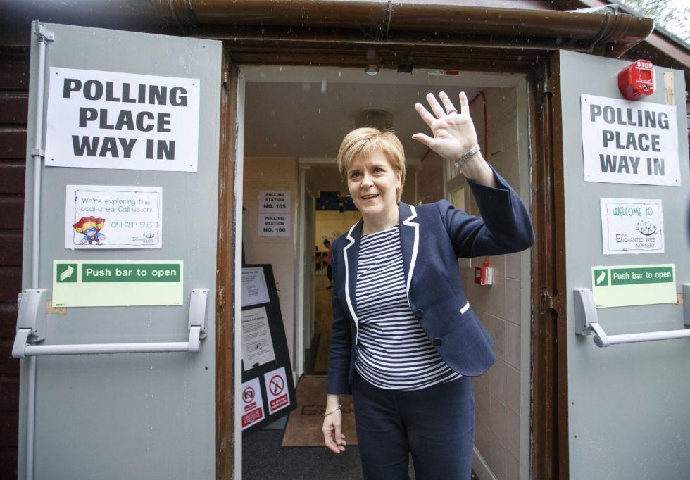 La ministra principal de Escocia, la independentista Nicola Sturgeon, llega a un colegio electoral.