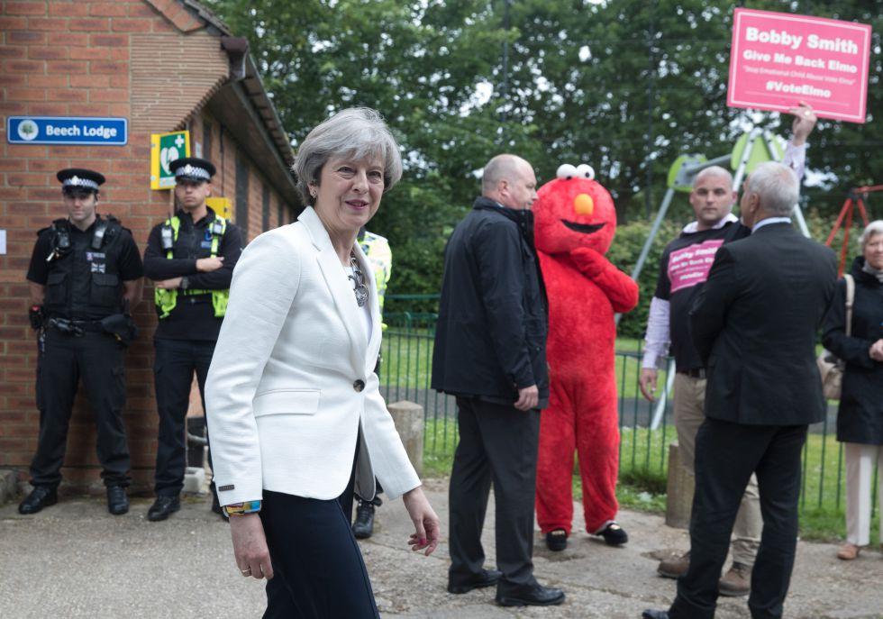 Theresa May líder del Partido Conservador acude las jornadas electorales de 2017.