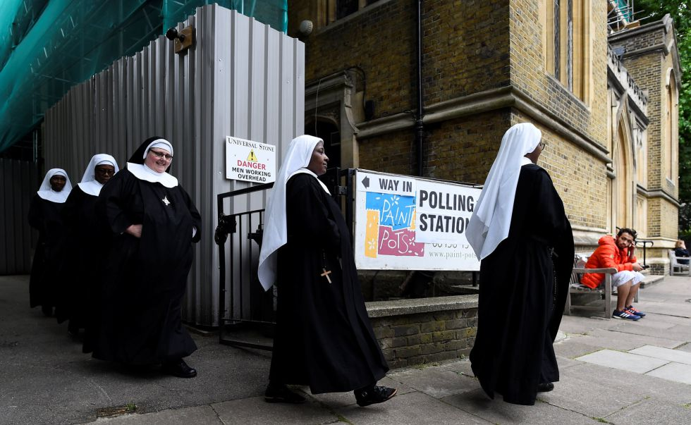 Un grupo de religosas acude a votar en Hyde Park, Londres.