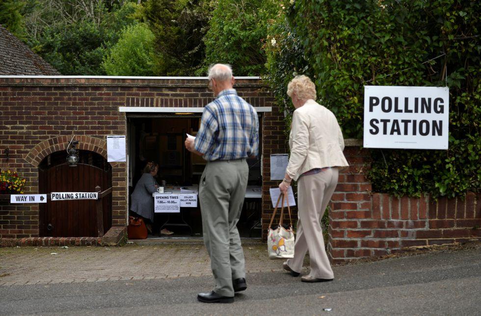 Colegio electoral en un garage privado en Londres, Reino unido.