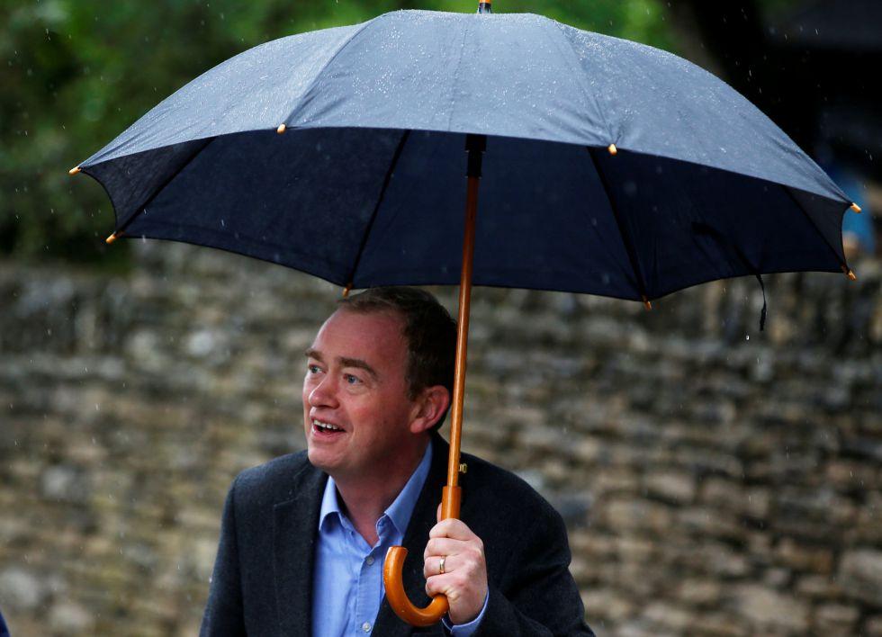Tim Farron líder del Partido Liberal acude a las jornadas electorales.
