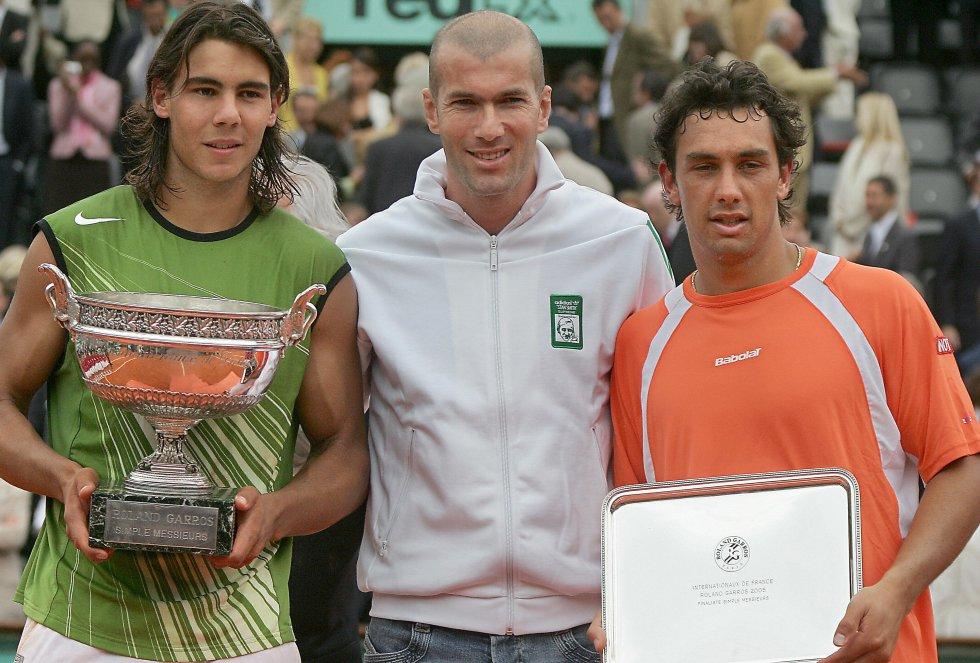 Rafa Nadal posa junto a su primer Roland Garros con Zidane y Mariano Puerta, el subcampeón (2005)