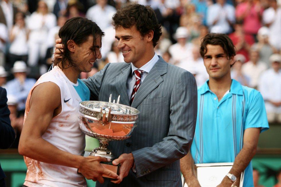 Rafa Nadal recibe el trofeo de su tercer Roland Garros ante Roger Federer (2007)