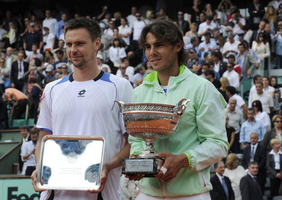 Nadal posa con su quinto título de Roland Garros ante el jugador que le eliminó el año anterior, Robin Soderling (2010)
