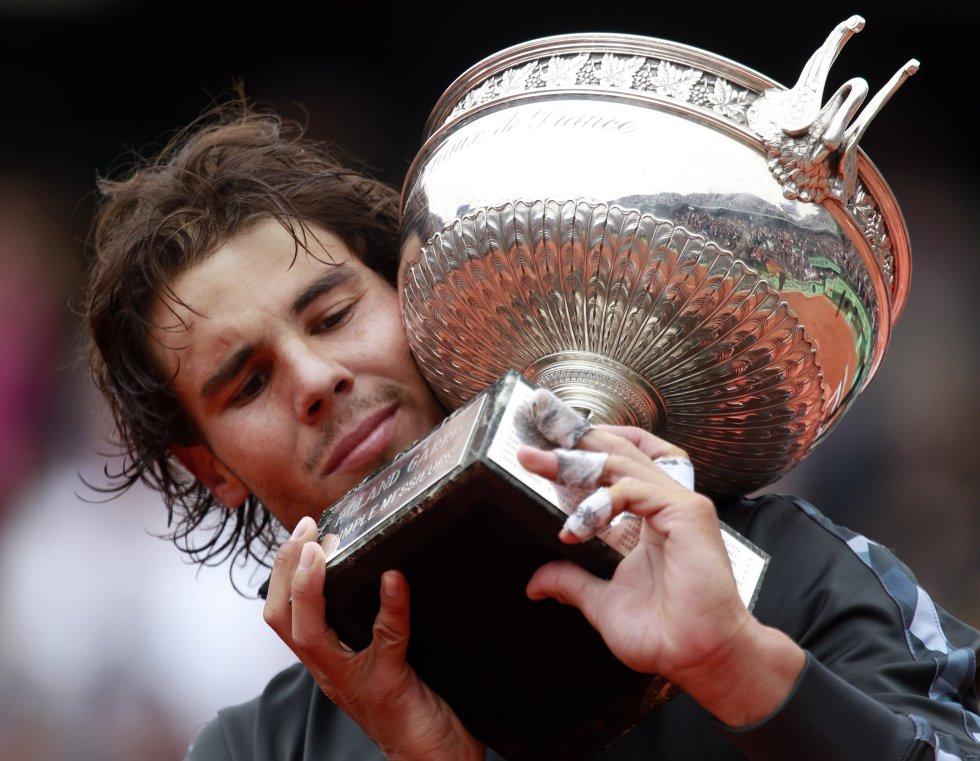 Nadal mira su nuevo trofeo, con el que igualó con Björn Borg con siete Roland Garros (2012)
