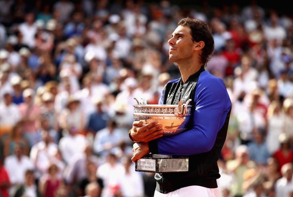 Tras dos años sin poder abrazar su trofeo preferido, Rafa Nadal consiguió su décimo título en París (2017)