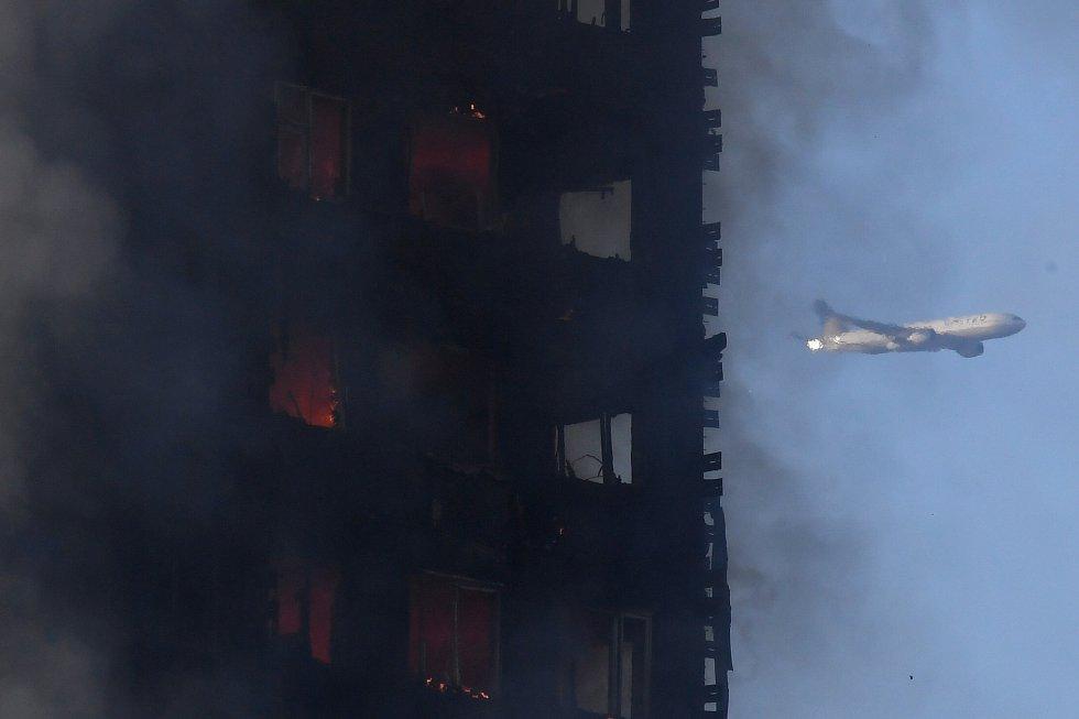 Un espectacular incendio destruye un edificio de 27 plantas en Londres.