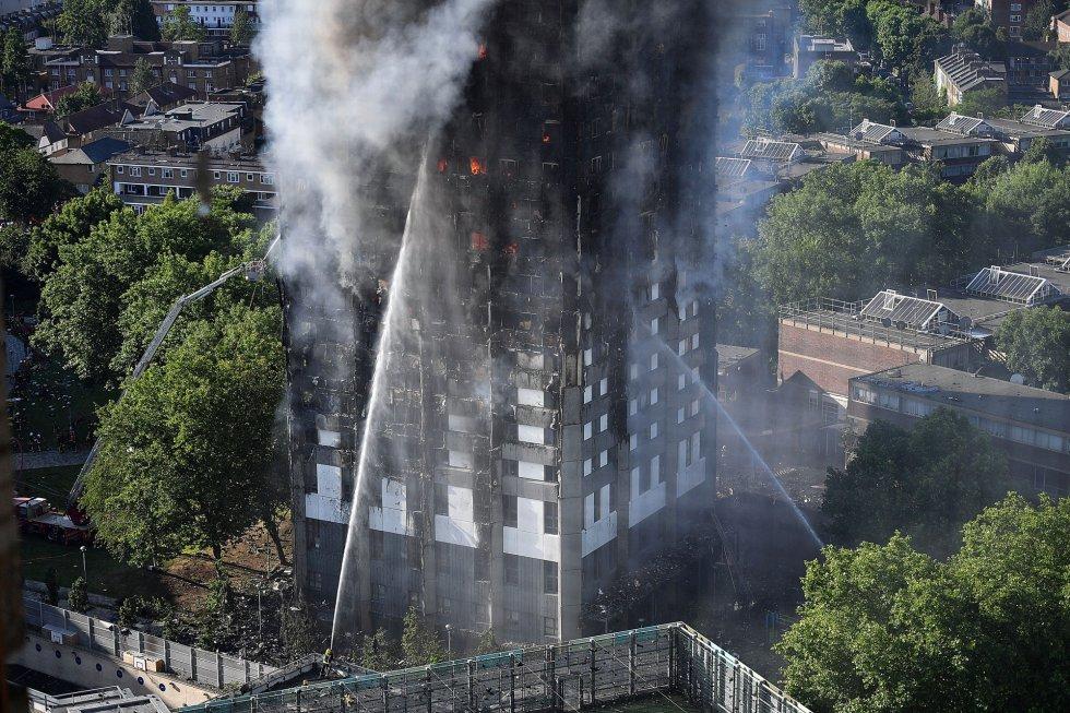 Un espectacular incendio destruye un edificio de 27 plantas en Londres