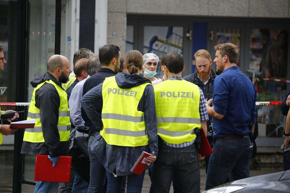 Miembros de la policía en los exteriores del supermercado.