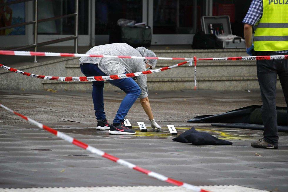 Una investigadora recoge pruebas en el lugar del crimen.