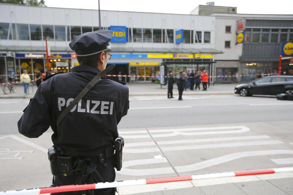 Un policía mira el lugar del accidente.
