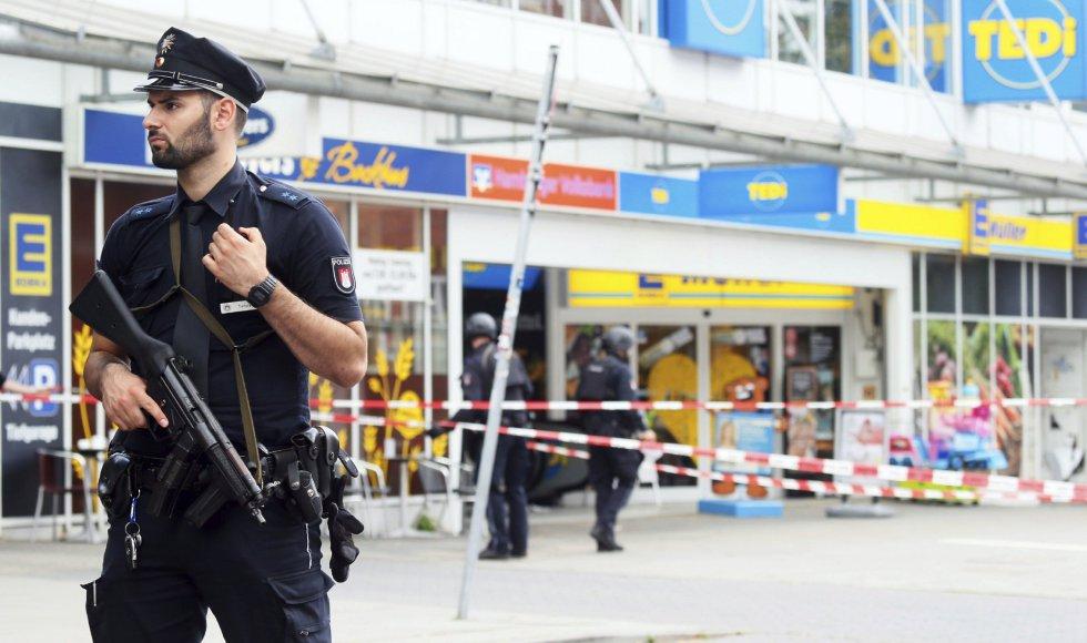 Un policía armado vigila la zona.