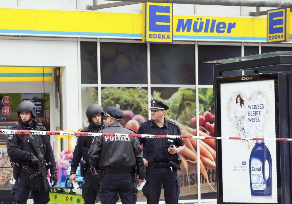 La policía monta guardia frente a un supermercado en Hamburgo.