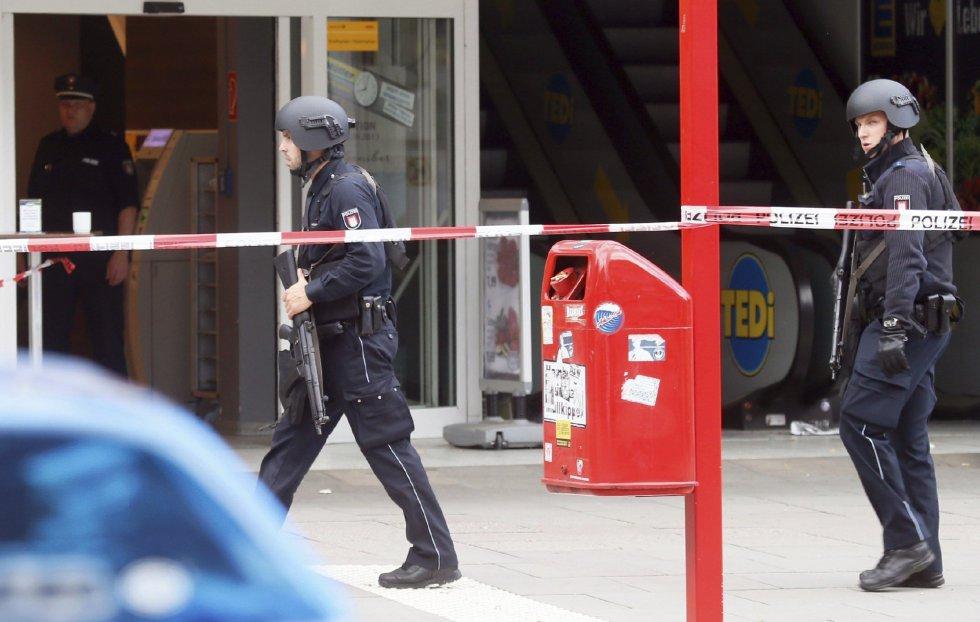 Dos policías custodian el lugar del atantado.