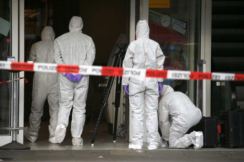 Investigadores de la policía tratan de buscar el origen del atentado.