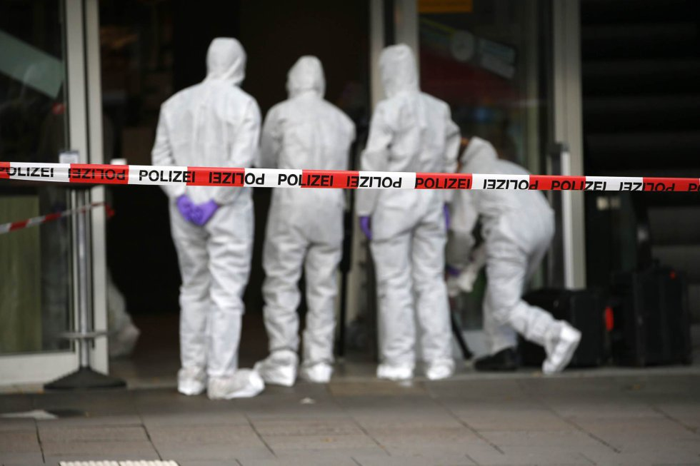 Investigadores buscan pistas sobre el crimen.