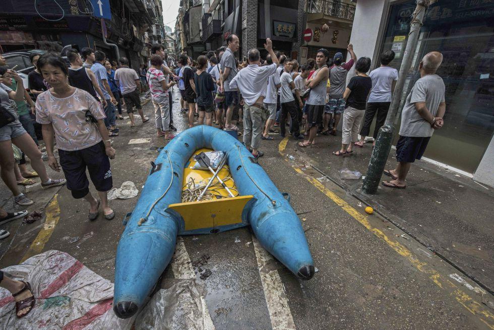 Destrozos en una calle tras el paso del tifón 'Hato' en Macao (China), el más fuerte de los últimos 18 años. Dieciséis personas han muerto y más de 270 personas han resultado heridas.