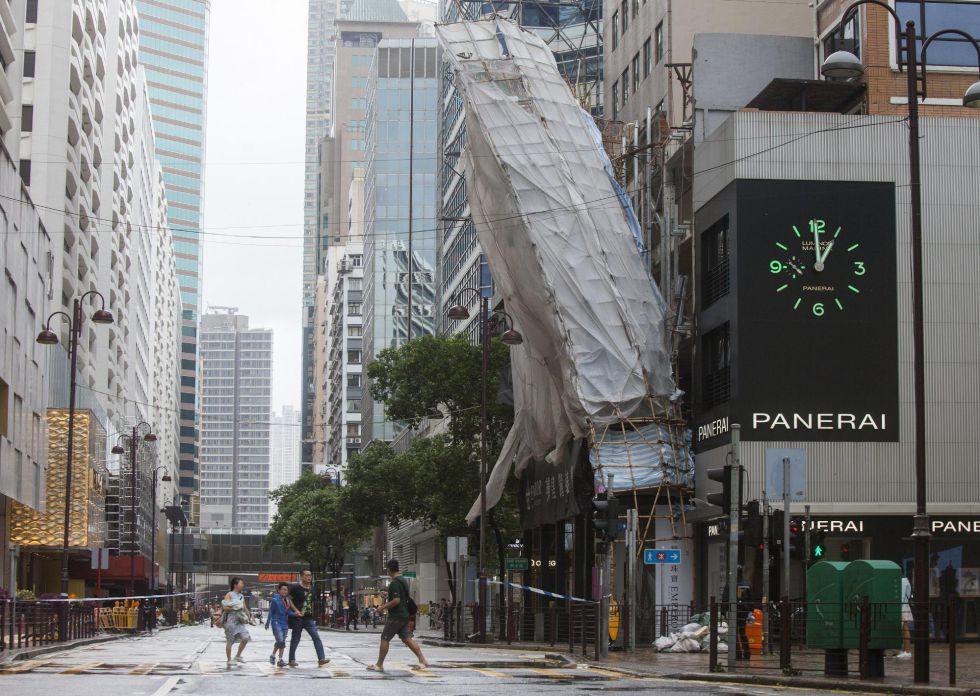 Un andamio desprendido parcialmente de un edificio por el paso del tifón 'Hato' en Hong Kong (China).