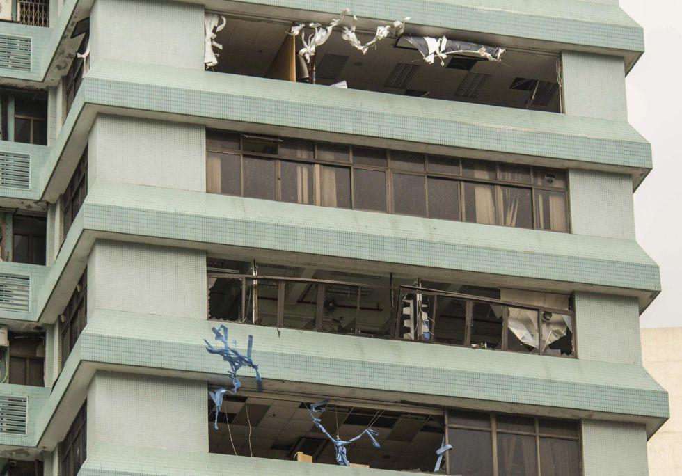 Destrozos en un bloque de viviendas tras el paso del tifón 'Hato' en Macao (China).