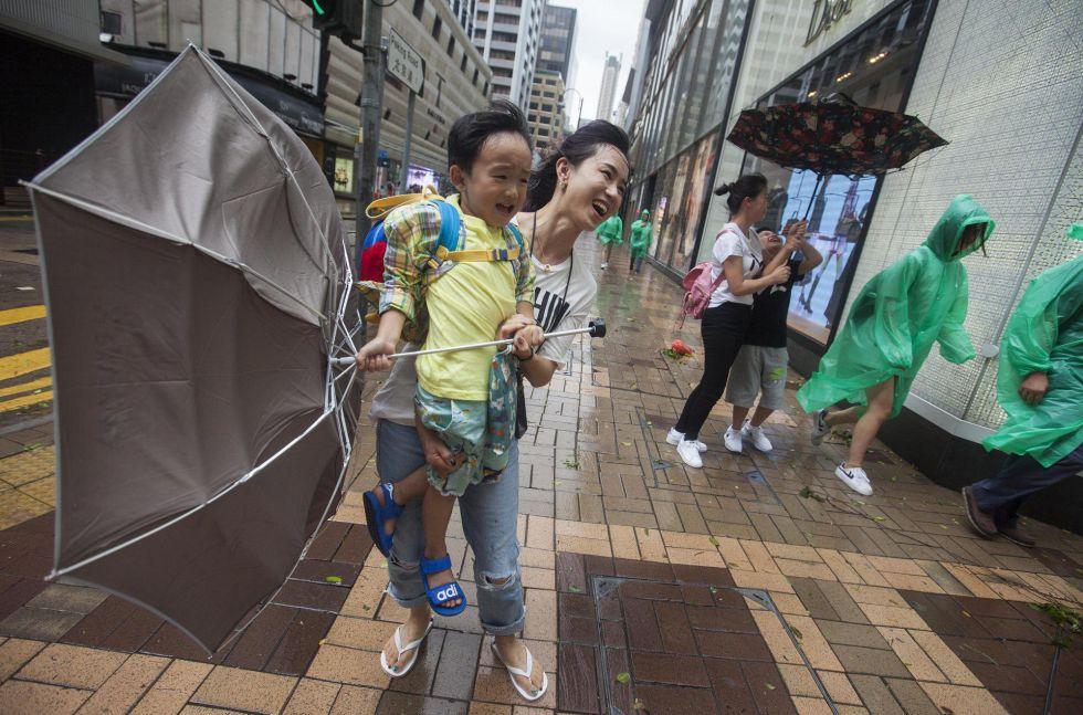 Una madre y su hijo durante el paso del tifón 'Hato' en Hong Kong (China).