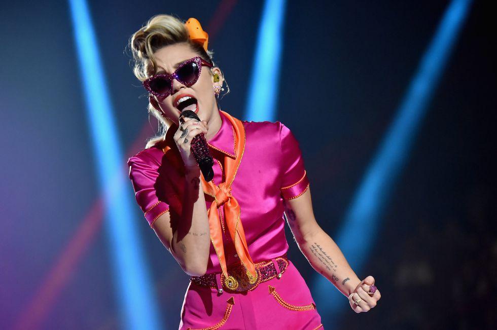 Miley Cyrus durante su actuación en los premios MTV Video Music Awards 2017.