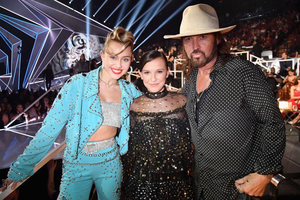 Billy Ray Cyrus y Miley Cyrus junto con Millie Bobby Brown durante los premios MTV Video Music Awards 2017.