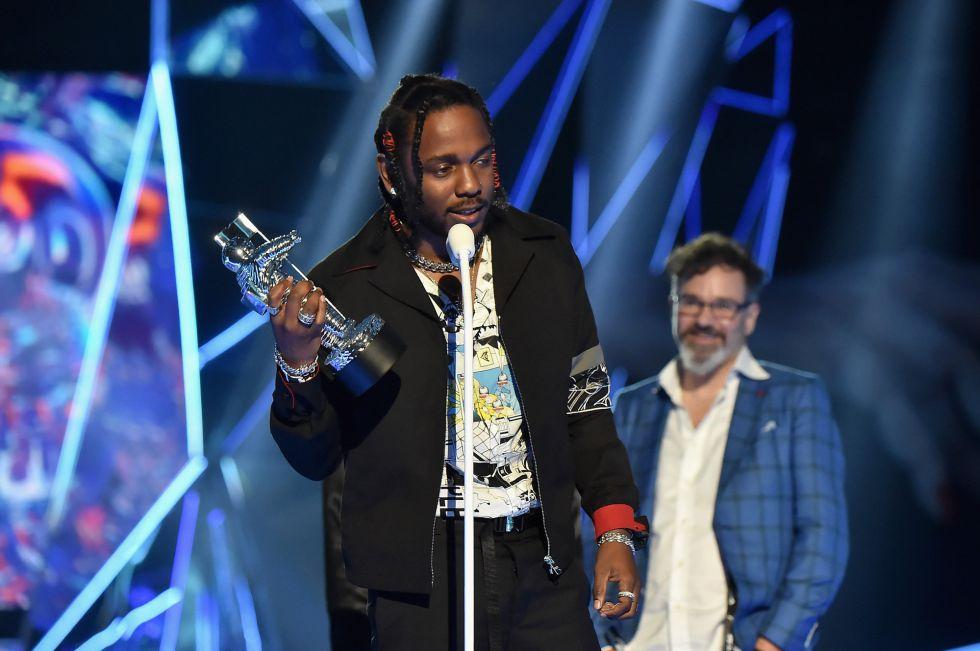 Kendrick Lamar recibe el premio a mejor vídeo del año durante los premios MTV Video Music Awards 2017 en el Forum de Inglewood, California.