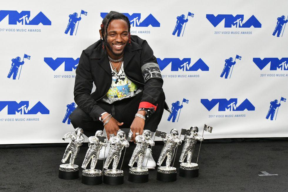 Kendrick Lamar posa con sus premios de diferentes categorías durante los premios MTV Video Music Awards 2017 en el Forum de Inglewood, California.