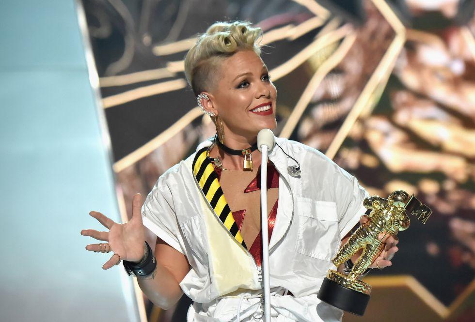 Pink recibe el premio Michael Jackson al mejor video de vanguardia durante los premios MTV Video Music Awards 2017.