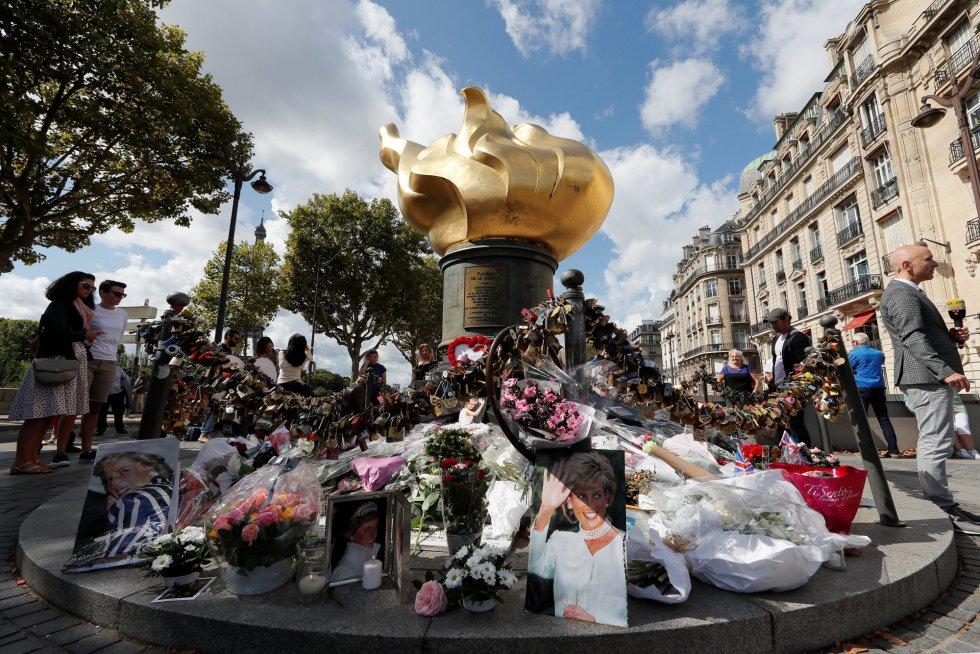 Los recuerdos a la princesa Diana de Gales se han concentrado en la Llama de la Libertad, en París.