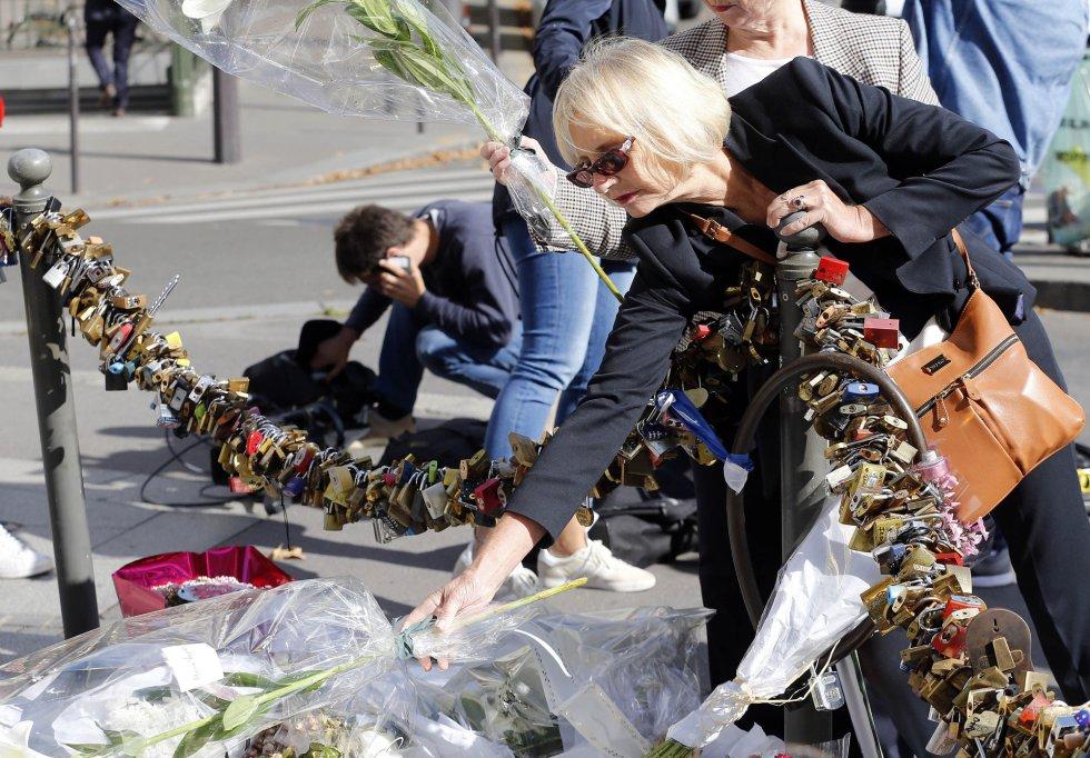 Una mujer deja flores en París para homenajear a Diana de Gales.
