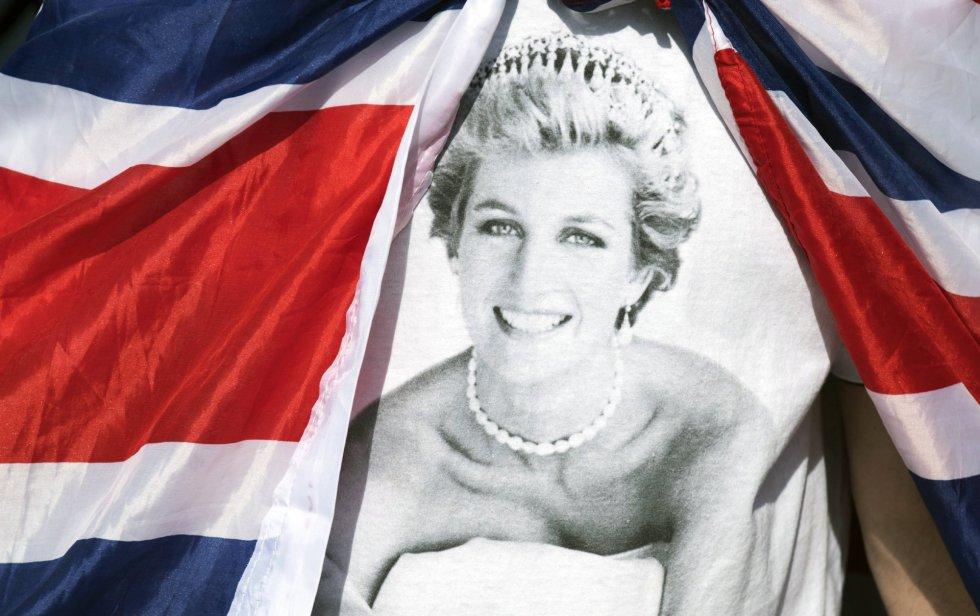 El rostro de la princesa sobre una bandera a las puertas del Palacio de Kensington en Londres.