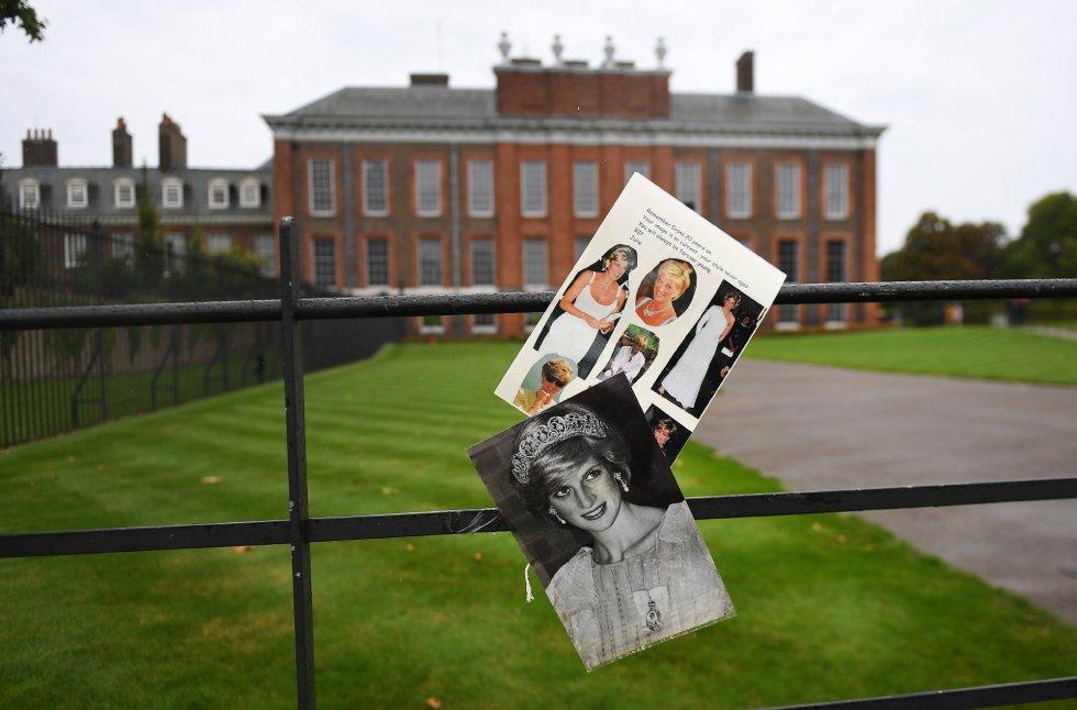 Recuerdo a la princesa Diana de Gales en la valla del palacio de Kensington en Londres.