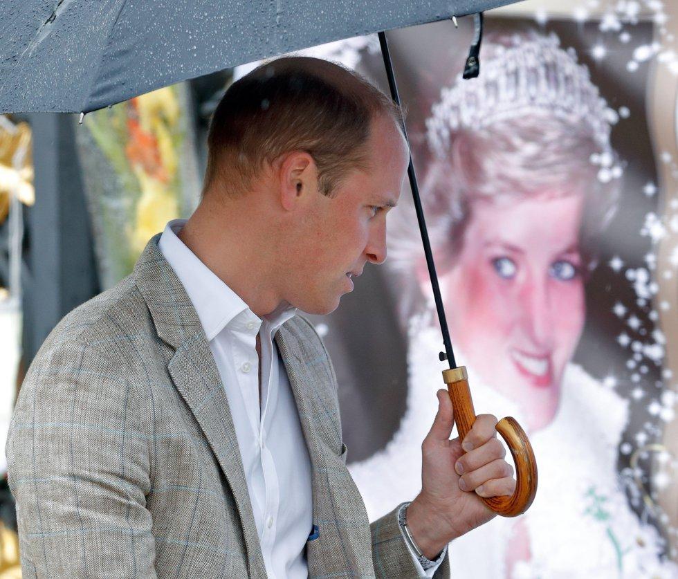 El pincipe Gillermo visita el tributo a Diana de Gales.
