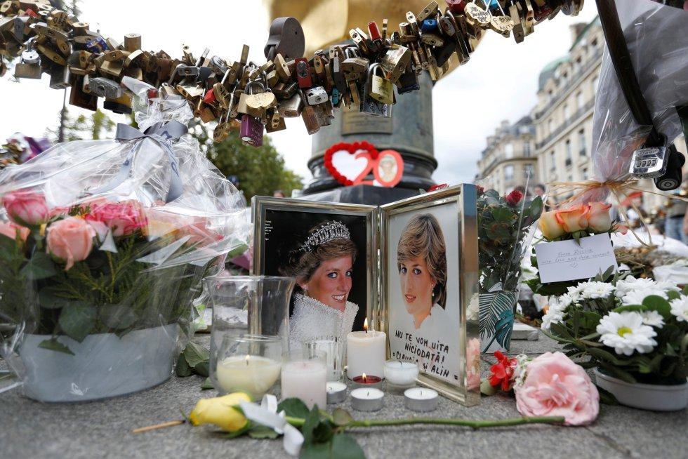 Un retrato de la princesa en el monumento de Llama de la LIbertad en París.