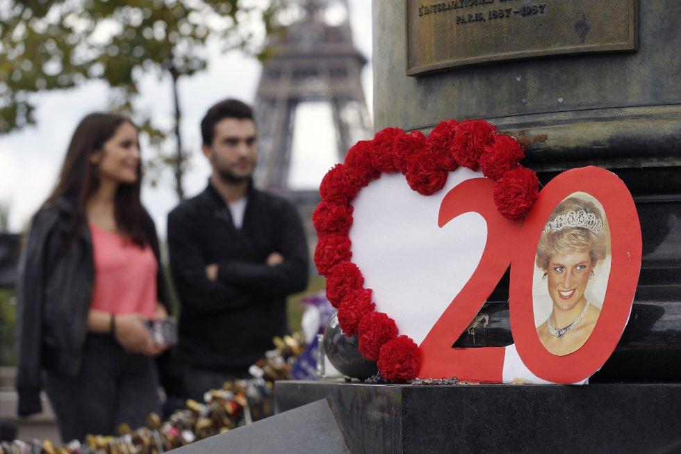 Un retrato de Diana de Gales con el número 20 en el homenaje en París. Al fondo, la Torre Eiffel.